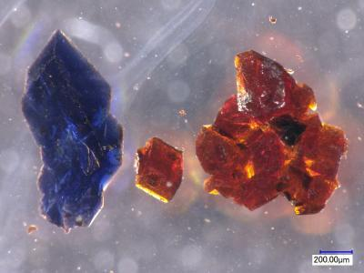 One flask of chemicals gives rise to either blue or orange crystals