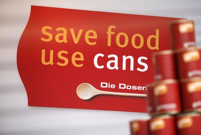 In developing countries, a great deal of food spoils due to shipment in its unpackaged state after harvesting. Simple anti-spoilage packages like these cans could prevent this. (Photo: Messe Düsseldorf/Tillmann)