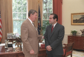 President_Ronald_Reagan_and_Judge_Antonin_Scalia_confer_in_the_Oval_Office,_July_7,_1986