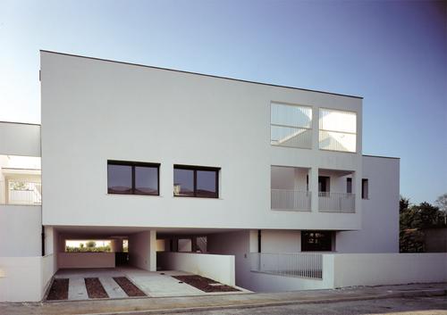 Alfonso cendron villa condominiale divisare by for Costo di aggiungere un portico di fronte a una casa