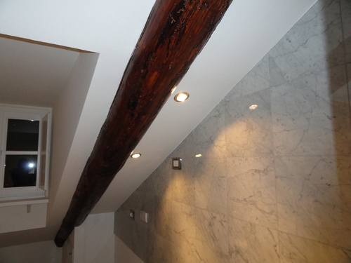 Illuminazione sottotetto legno pannelli termoisolanti for Illuminazione travi a vista
