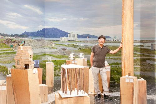 Vinnande japansk paviljongbidrag under namnet Home for all där Toyo Ito återvänder till de förstörda städerna efter tsunamin och jordbävningen 2011, med ett rikt antal varianter av enkla byggnader projekterats.