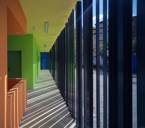 GANA Arquitectura, GANA Arquitectura, Álvaro Fernández Navarro — Edificio de vestuarios y pistas deportivas en un parque