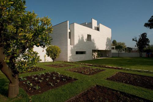 Jean Pierre Porcher, Margarida Oliveira, Albino Freitas, TOPOS Atelier de Arquitectura — House in Aldoar