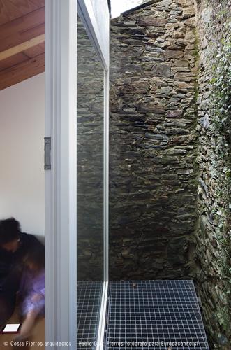 Costa Fierros arquitectos — Rehabilitación de una casa junto a la muralla de Ribadeo