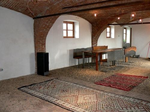 Vista della tavernetta (ex stalla)con il pavimento in ciottoli di ...