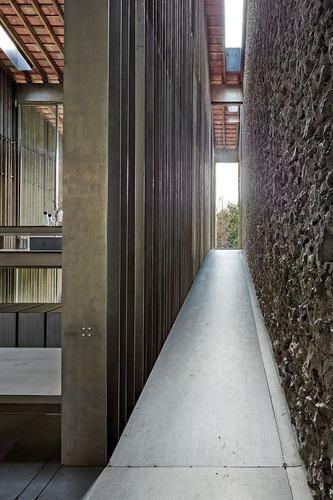 Rcr arquitectes entremuros house divisare by for Arquitectes girona