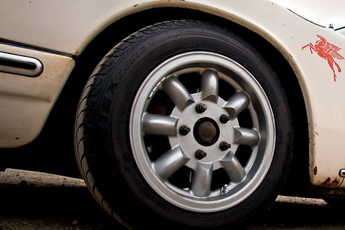 A set of original 15 x 7-inch magnesium Minilite wheels were fitted to the rusty 911. Tires are sized 195/60-15.