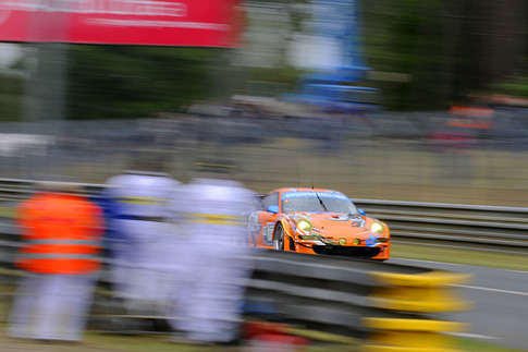80 Flying Lizard Motorsports – Bergmeister, Long, Luhr (GTE-Pro): Approach to Arnage