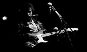 Bob Dylan's legendary electric guitar heads to auction