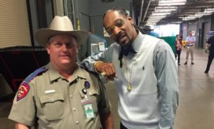 "Texas trooper reprimanded over photo with ""dope-smoking cop hater"" Snoop Dogg"