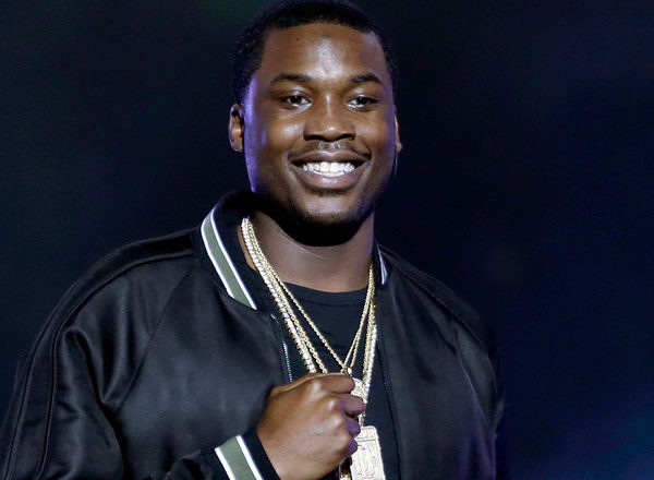 Meek Mill threatens fan for holding Drake sign