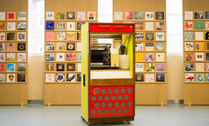 This vintage jukebox plays vinyl and streams music wirelessly
