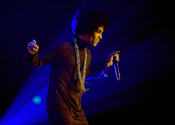 "Prince covered David Bowie's ""Heroes"" at his final gig"