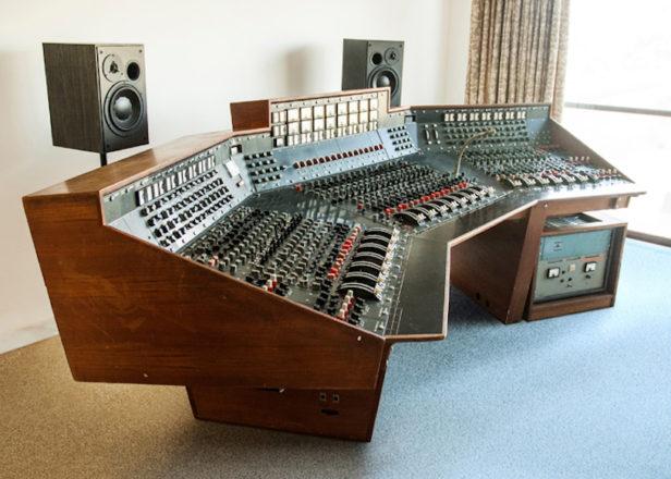 Resultado de imagen de Pink Floyd's 'Dark Side Of The Moon' recording console sells