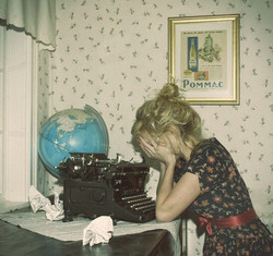 Dress_girl_globe_typewriter_wallpaper_photog-0f612006b53798818ab6a0acb7d3d640_h.sidebar