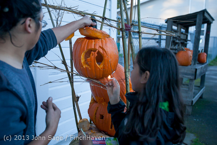 8896_Pumpkin_Lighting_at_the_Vashon_Roasterie_102713