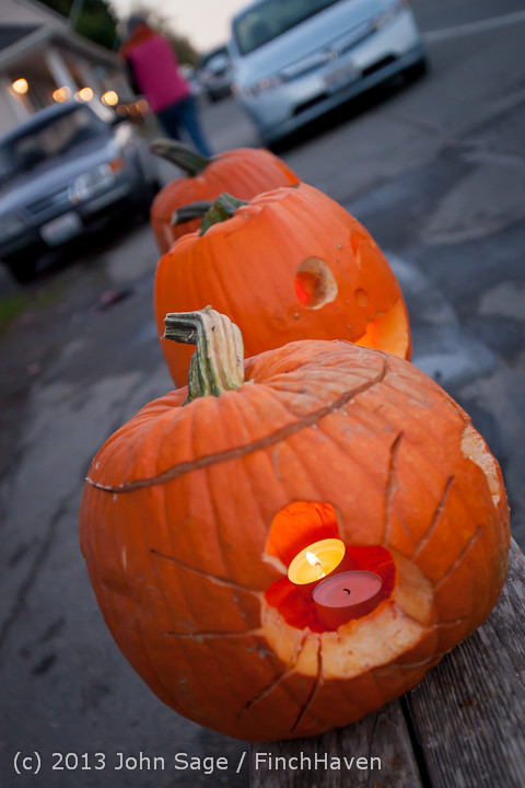 8995_Pumpkin_Lighting_at_the_Vashon_Roasterie_102713