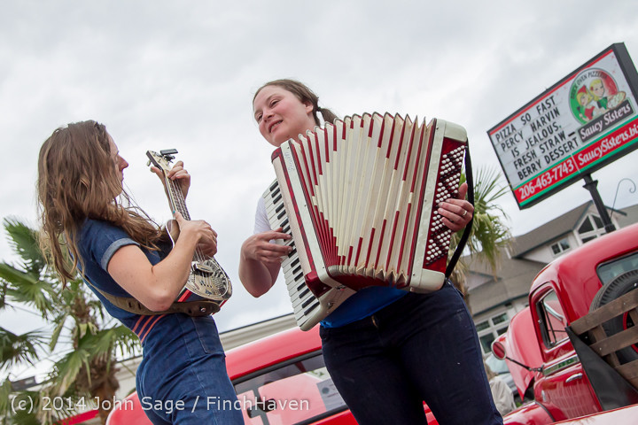 3158 Sunday Walkabout Strawberry Festival 2014 072014