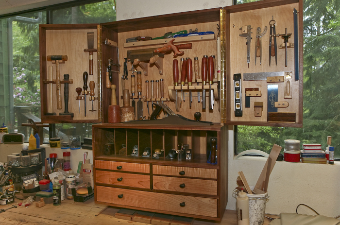 Tool cabinet photo gallery finewoodworking for Building traditional kitchen cabinets by jim tolpin