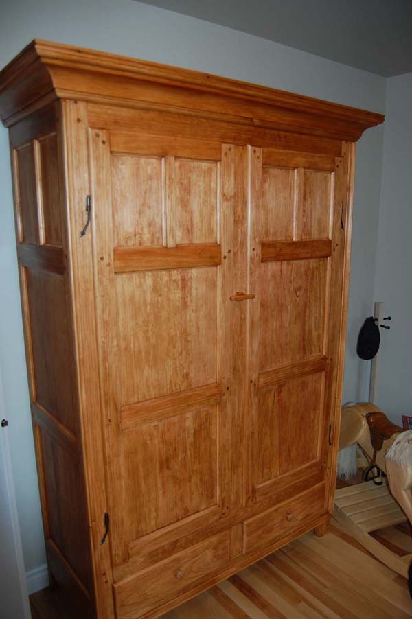 Grande armoire finewoodworking for Patiner une armoire
