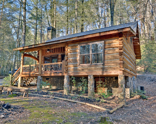Design elements that work well with wood in a rustic for Small survival cabin