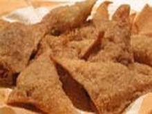 Hot Crispy Wontons Stuffed with Chocolate and Bananas Recipe