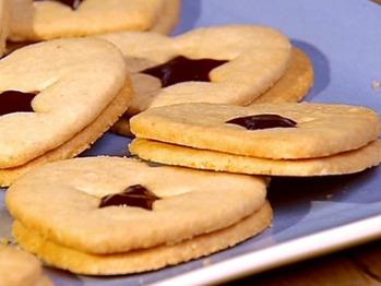 Lf0112_linzer-heart-sandwich-cookies_lg