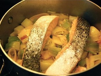 Poached_salmon_with_leeks