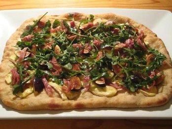 Fig_brie_and_prosciutto_pizza_medium_