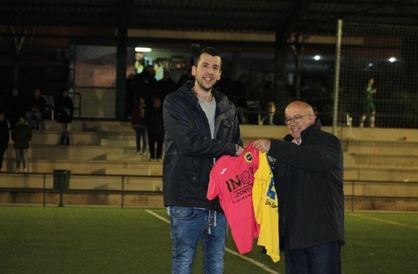 El Valdemoro C.F. Femenino ofrendó camisetas de recuerdo a sus patrocinadores el pasado domingo