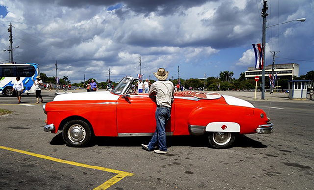 taxi-waiting-for-business_cuba_stephen-parker_640px