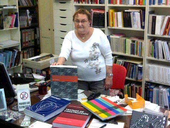 Raquel C. Reich, con el libro de Deplazes