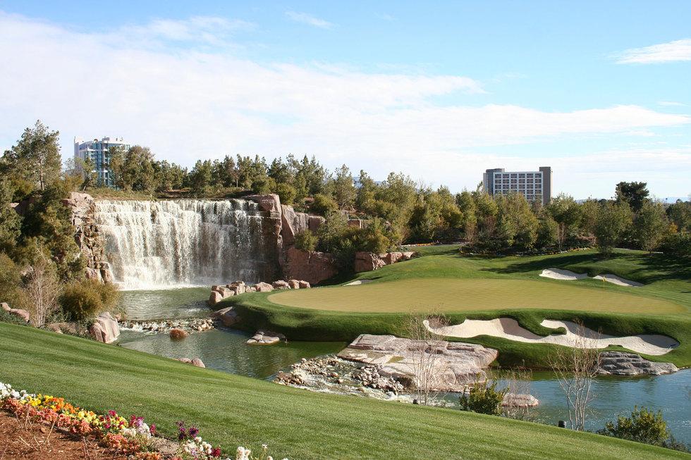 Golfcourse-waterfall