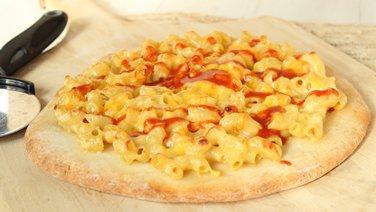 Mac and Cheese Pizza with Sriracha