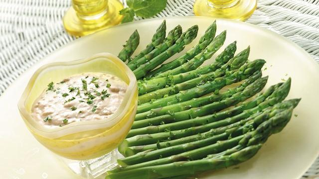 Asparagus Crudits with Creamy Romesco Dip