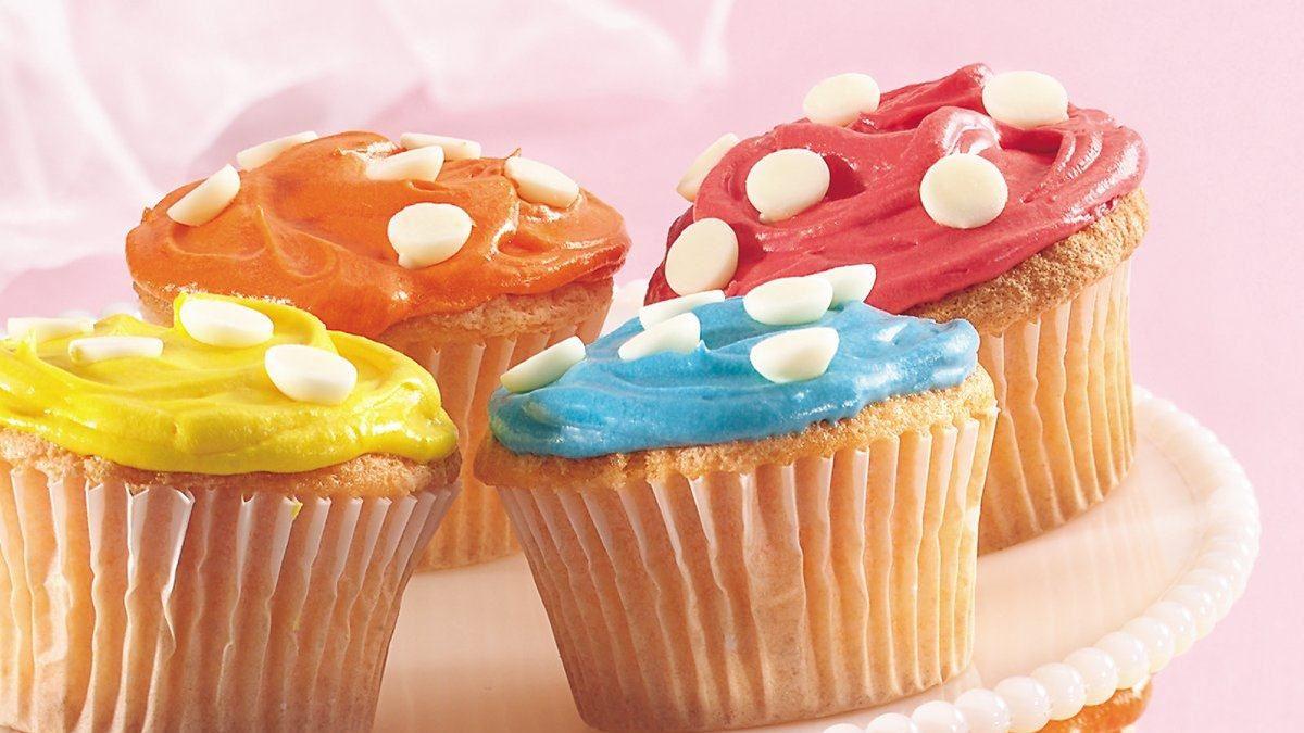 Petits gâteaux de printemps à pois blancs