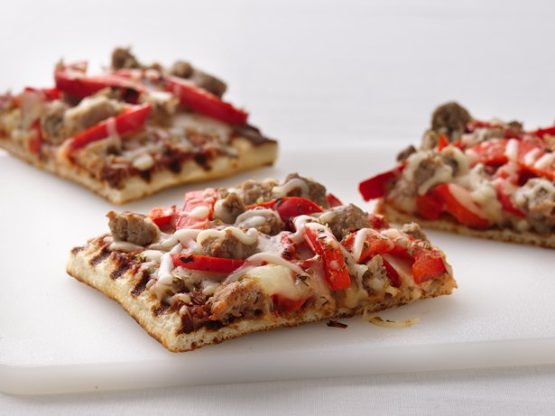 Healthified Grilled Sausage and Pepper Pizza