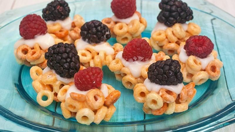 Cheerios® Tarts with Yogurt and Berries