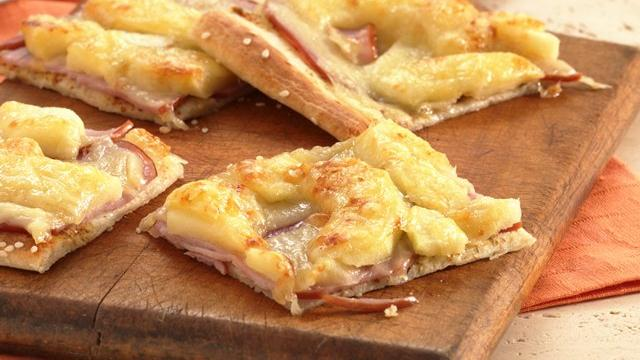 Canadian Bacon-Apple Pizza