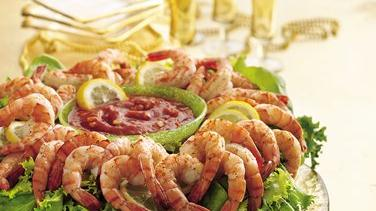 Holiday Shrimp Wreath with Cocktail Dip