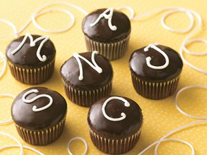 Monogrammed&#32;Cream-Filled&#32;Cupcakes