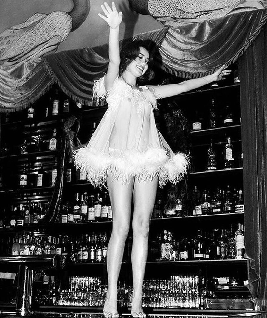 Club-Room-Girl-Dancing-on-Bar