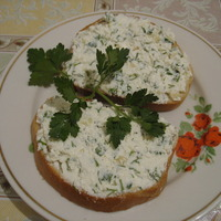 Sandwiches with Cottage Cheese, Greens and Garlic