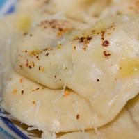Ravioli alla cipolla con peperoncino e alloro