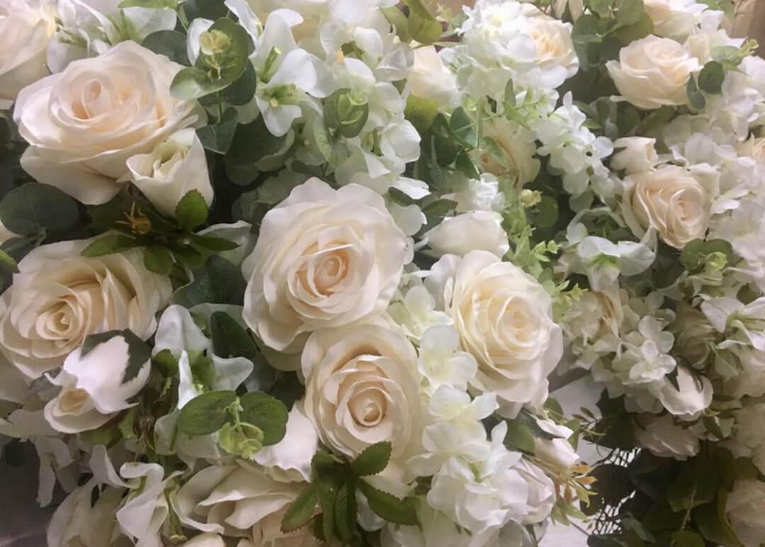 Decoração com arranjos com flores artificiais - Festejare Decorações
