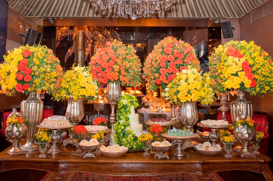 Mesa do bolo dos noivos - Festejare Decorações e Flores