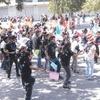 Adolescentes llegan a la Plaza Mayor y luego cambian la Rosa de la Paz