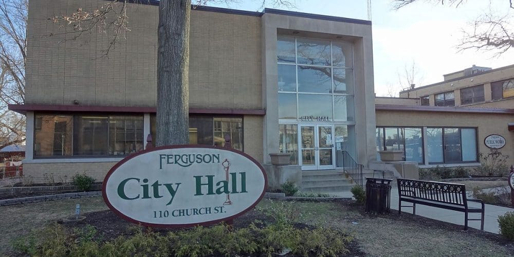 By Paul Sableman - Ferguson City Hall, CC BY 2.0, https://commons.wikimedia.org/w/index.php?curid=36986828
