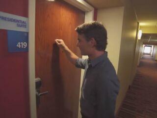 Gordon surprises fan on FOX's 'Knock Knock Live'